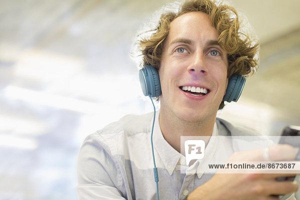 Mann hört Kopfhörer
