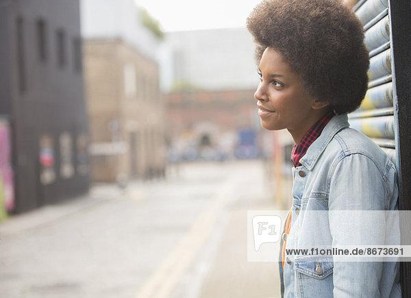 Nachdenkliche Frau steht auf der Stadtstraße