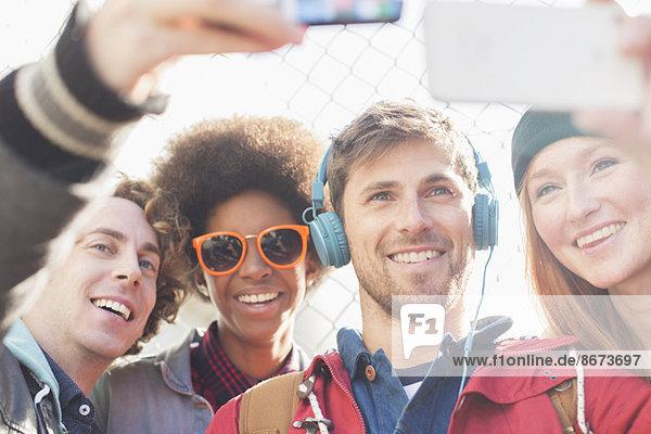 Freunde  die Selbstporträts mit Fotohandys im Freien machen