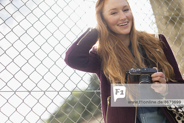 Frau hält Kamera im Freien