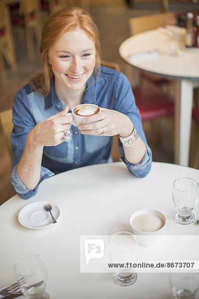 Frau genießt Tasse Kaffee im Cafe