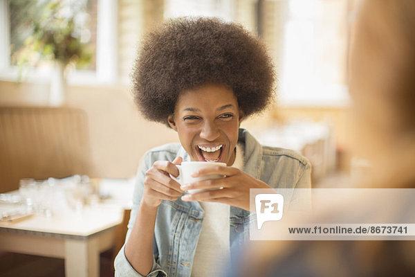 Frauen trinken Kaffee im Café