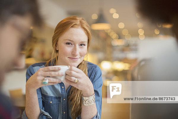 Freunde beim Kaffeetrinken im Café