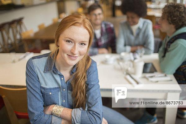 Frau sitzend mit Freunden im Café