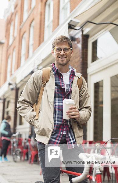 Mann trinkt Kaffee auf der Stadtstraße
