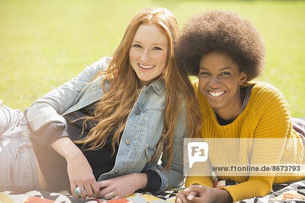 Frauen entspannen gemeinsam im Park