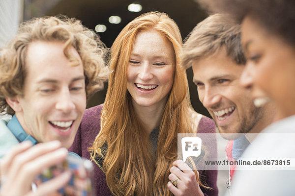 Freunde lachen gemeinsam im Freien