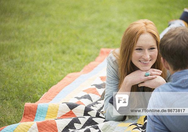 Pärchen auf Decke im Park