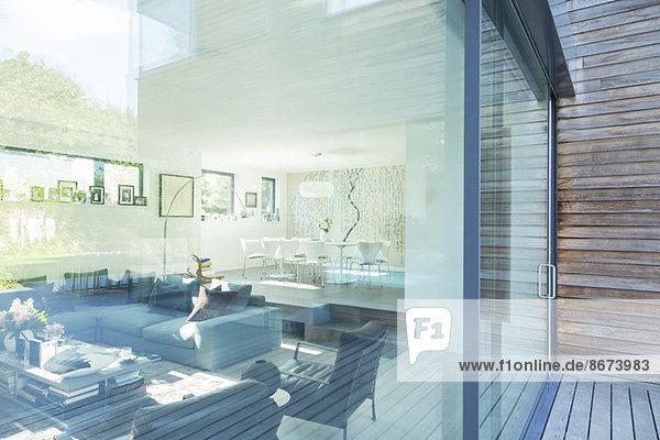 Wohnzimmer des modernen Hauses