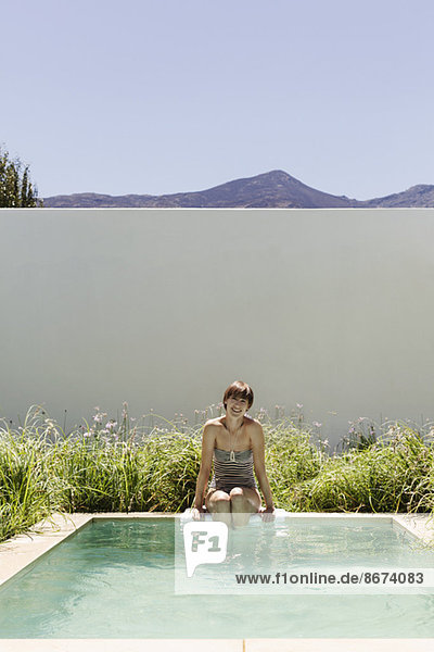 Frau taucht Beine in luxuriöses Schoßbecken