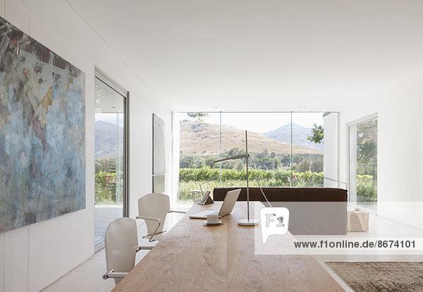 Schreibtisch und Stühle im modernen Wohnraum