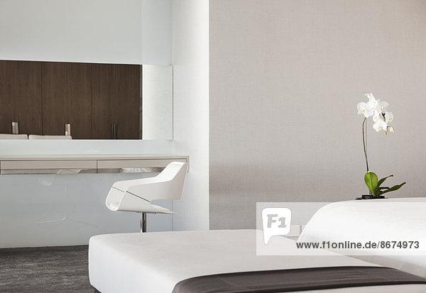Hocker und Waschtisch im Luxus-Schlafzimmer