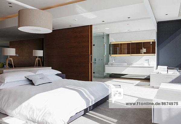 Schlafzimmer und en suite Badezimmer im modernen Haus