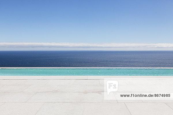 Unendlicher Pool mit Blick auf den Ozean