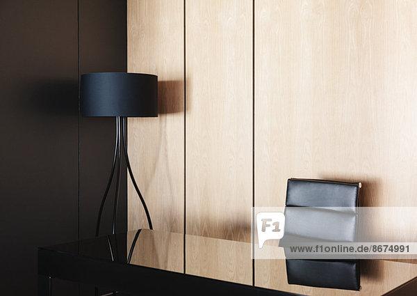 Schreibtisch und Lampe im modernen Büro
