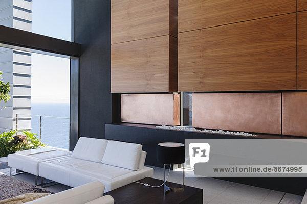 Sofa und Holzverkleidung im modernen Wohnzimmer