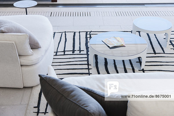 Sofa und Couchtische im modernen Wohnzimmer
