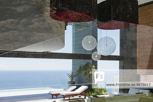 Patio eines modernen Hauses mit Blick auf den Ozean