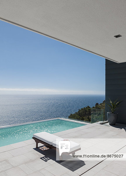 Sessel am Infinity Pool mit Blick auf den Ozean