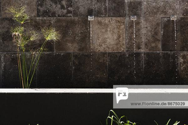 Wasserspiel in der Steinmauer