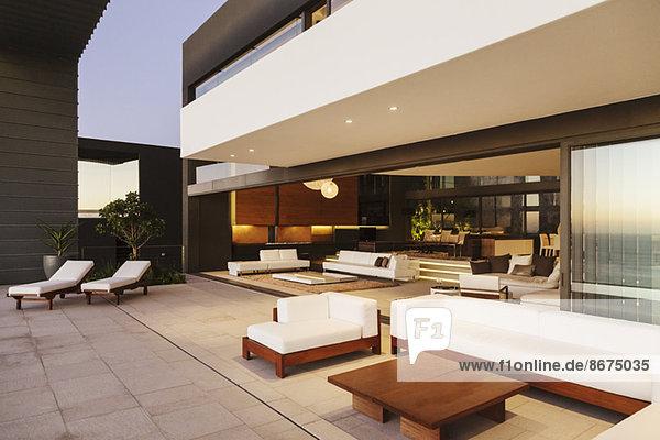 Sofas und Liegestühle auf moderner Terrasse