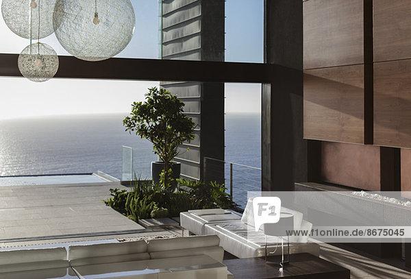 Sofas und Tische im modernen Wohnzimmer mit Meerblick