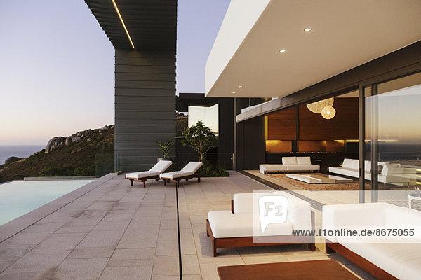 Moderne Terrasse und Infinity-Pool