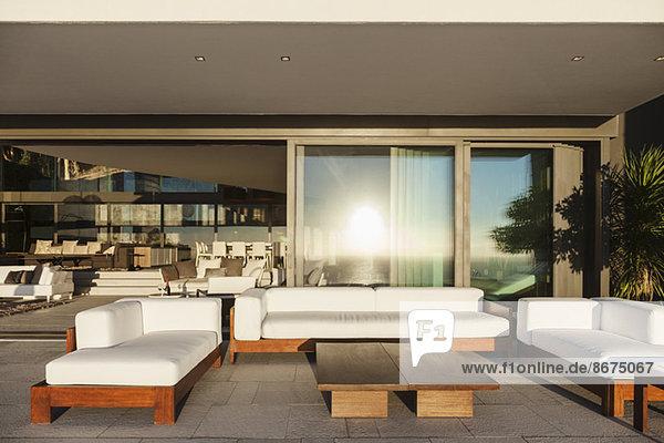Sofas und Tisch auf moderner Terrasse