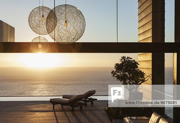 Patio eines modernen Hauses mit Blick auf das Meer bei Sonnenuntergang