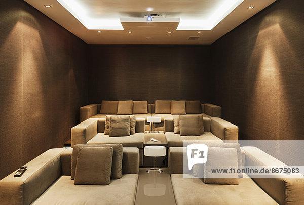 Filmvorführraum im modernen Haus