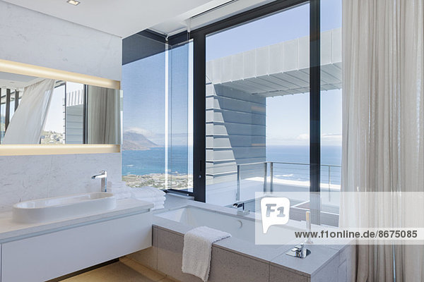 Badezimmer im modernen Haus
