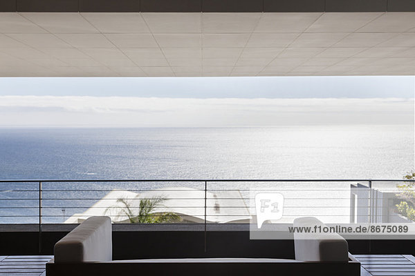 Moderne Terrasse mit Blick auf den Ozean