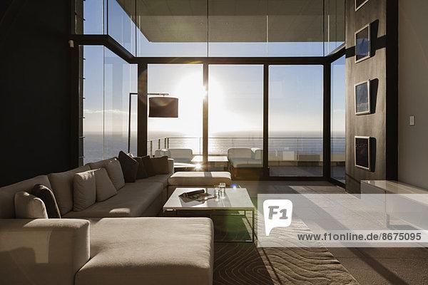 Modernes Wohnzimmer mit Meerblick