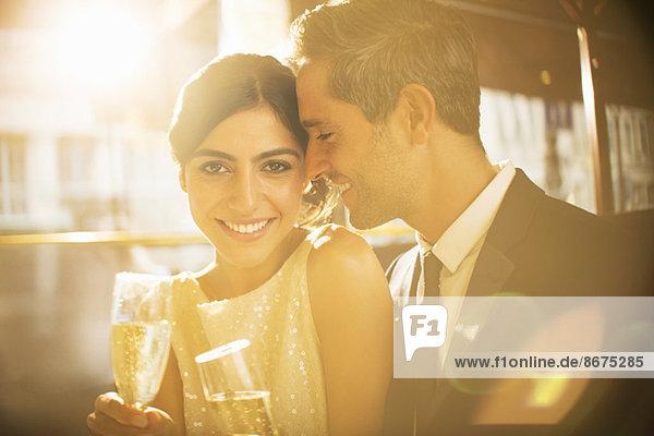 Pärchen mit Champagner zusammen