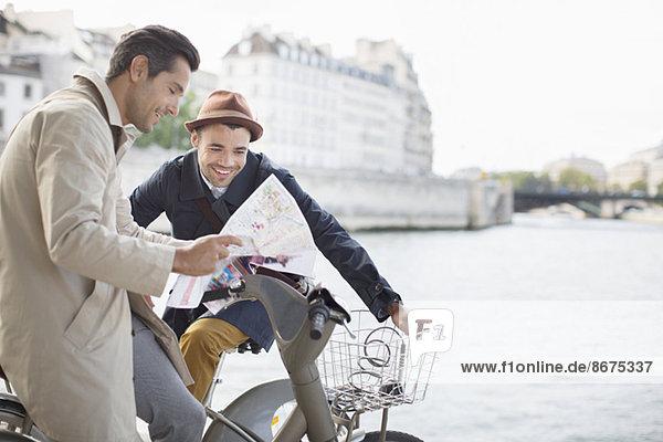 Männer auf der Karte entlang der Seine  Paris  Frankreich Männer auf der Karte entlang der Seine, Paris, Frankreich