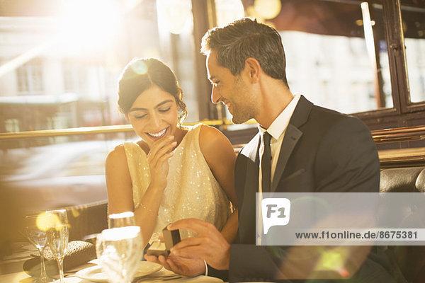 Mann schlägt Freundin im Restaurant vor