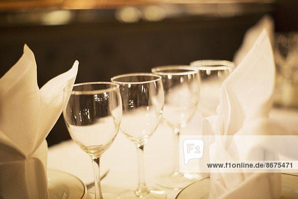 Nahaufnahme von Weingläsern auf dem Restauranttisch