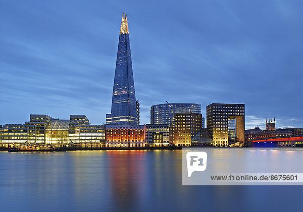 Skyline mit The Shard und Themse in der Dämmerung  London  England  Großbritannien