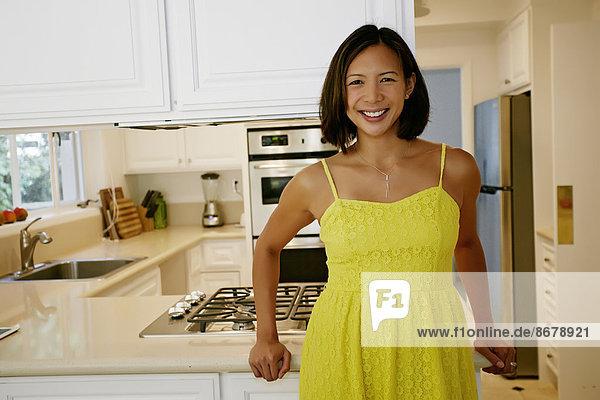 Frau  lächeln  Küche  mischen  Mixed