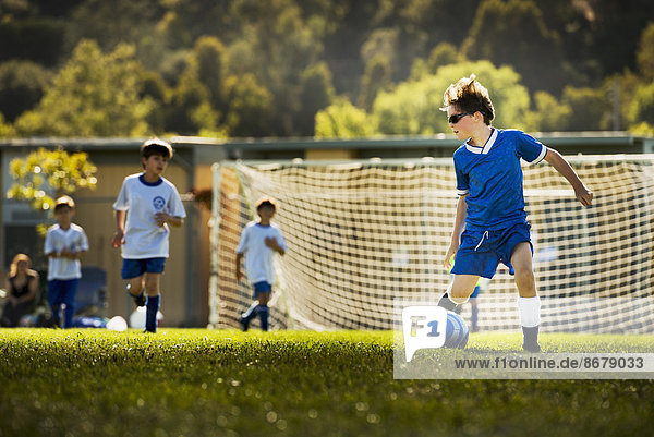 Spielfeld Sportfeld Sportfelder Europäer Junge - Person Fußball spielen Spielfeld,Sportfeld,Sportfelder,Europäer,Junge - Person,Fußball,spielen