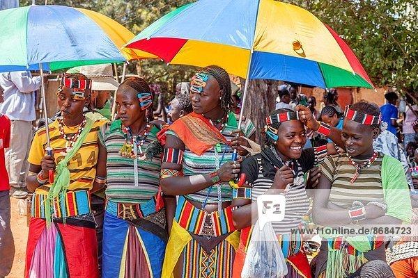 Frau  Regenschirm  Schirm  unterhalb  jung  Äthiopien  Schlüssel  Markt  Donnerstag