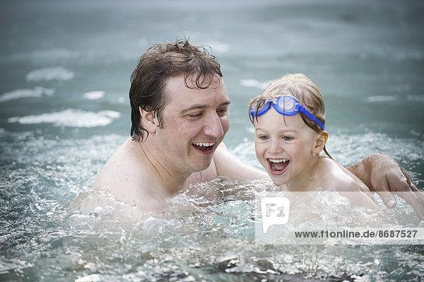 Menschlicher Vater Sohn Schwimmbad schwimmen