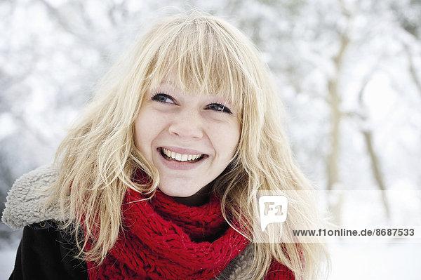 Eine junge Frau mit blonden Haaren im Schnee.