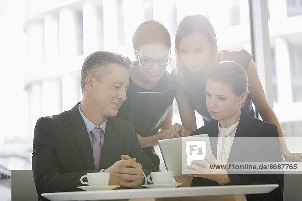 Zusammenhalt  benutzen  Mensch  Büro  Menschen  Cafeteria  Tablet PC  Business