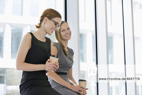 Geschäftsfrau  Fröhlichkeit  Tasse  Büro  Kaffee  Wegwerfartikel