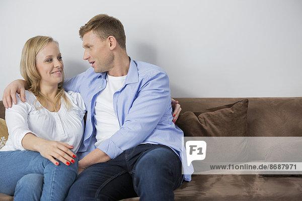 sitzend  Interior  zu Hause  Couch  Liebe  Mittelpunkt  Erwachsener