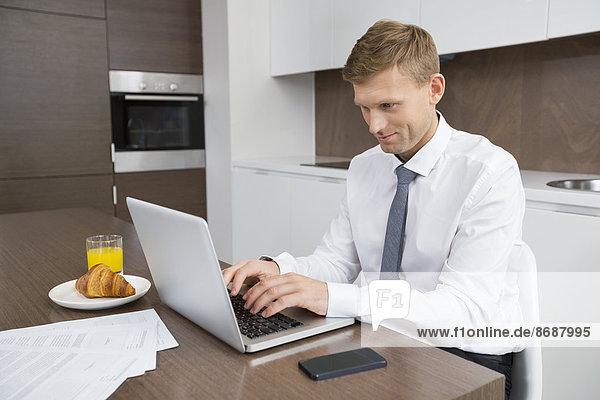 benutzen  Notebook  Geschäftsmann  Tisch  Frühstück