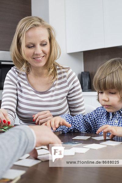 Interior  zu Hause  Junge - Person  Menschliche Eltern  Karte  spielen