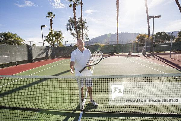 Senior Senioren Hände schütteln Handschlag Portrait Angebot Spiel Gericht Tennis