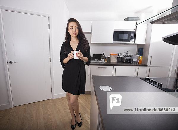 Becher Küche halten jung Kaffee Länge Nachdenklichkeit voll